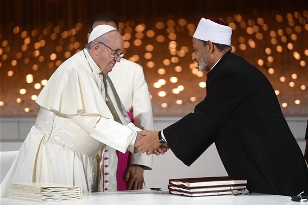 L'incontro tra papa Francesco e il grande imam sunnita di al-Azhar, Ahamad al-Tayyib, ad Abu Dhabi lo scorso 4 febbraio (Ansa/Luca Zennaro)