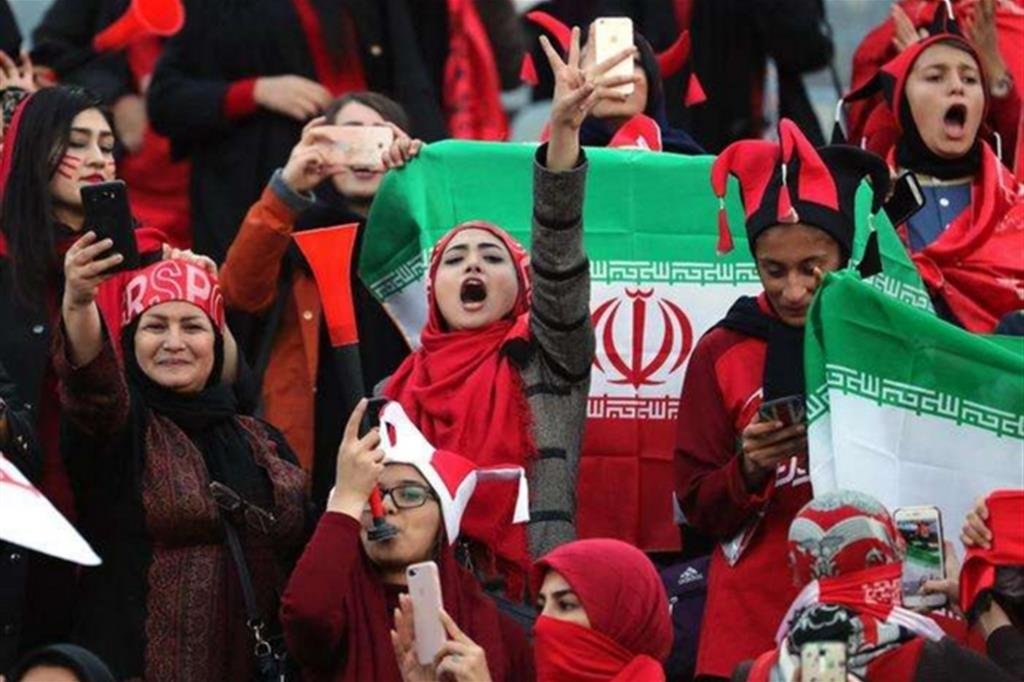Stadi vietati alle donne, si era data fuoco per protesta: non ce l'ha fatta