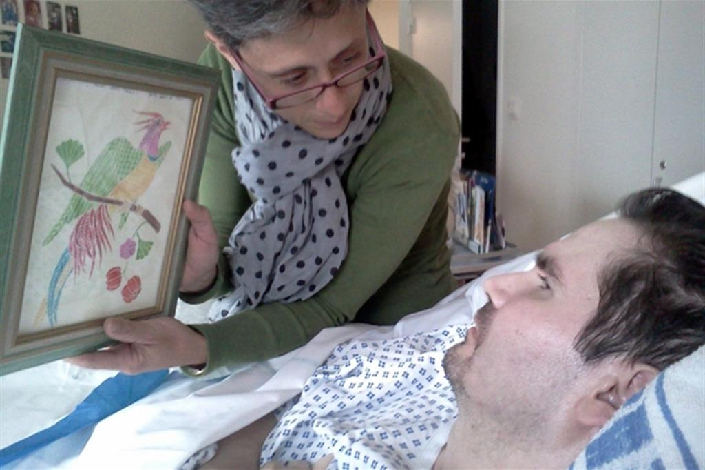 Lambert in ospedale con la madre in una foto del 2013 (Ansa)