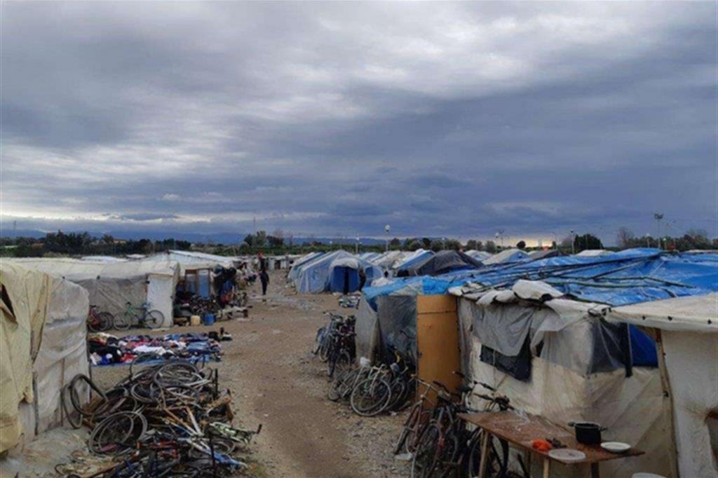 Tende di fortuna e case di lamiera aumentano a San Ferdinando Arrivano gli immigrati espulsi dai Cas per effetto del «decreto sicurezza»