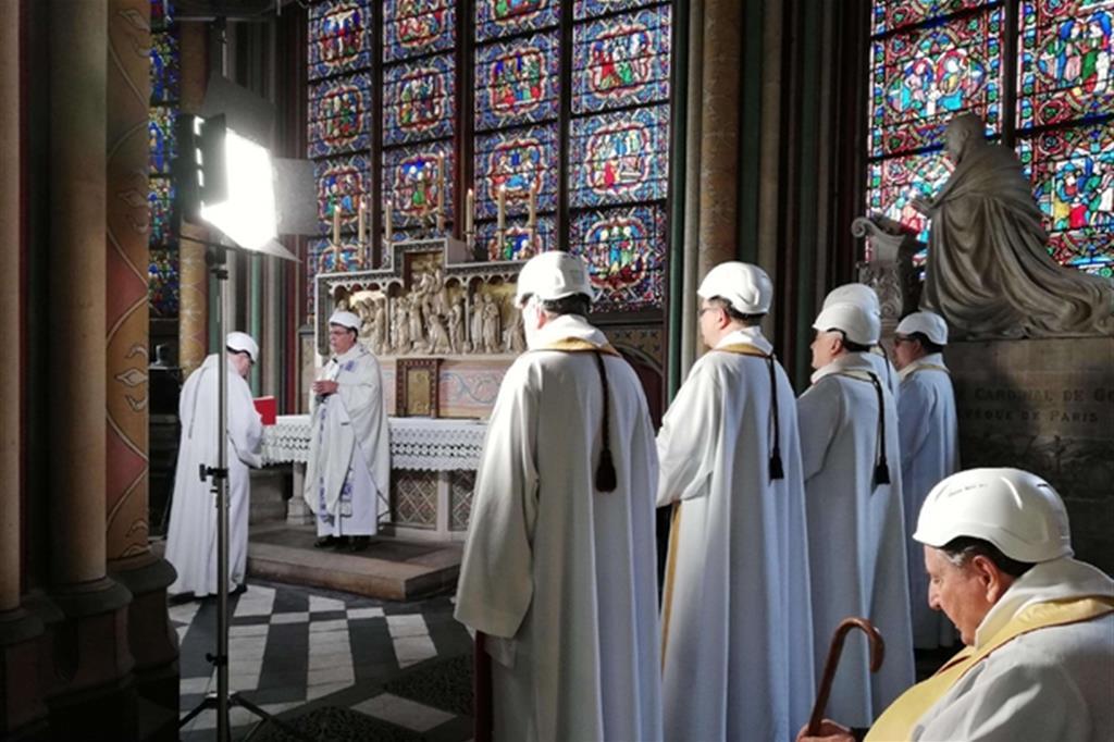 La celebrazione nella cattedrale di Notre Dame (Ansa)