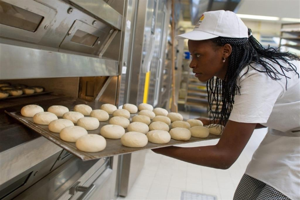 Una migrante in un'industria dolciaria
