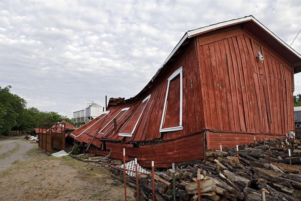 Magazzino delle ferrovie, nella città di Sapulpa, Oklahoma, distrutto da un tornado che ha colpito diversi stati americani