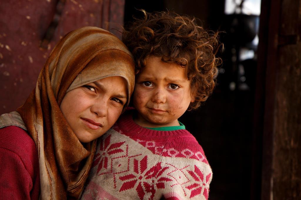 Zahra, 11 anni e la sorella Fatima (3 anni), vivono in un campo profughi della Siria (foto Ahmad Baroudi / Save the Children)