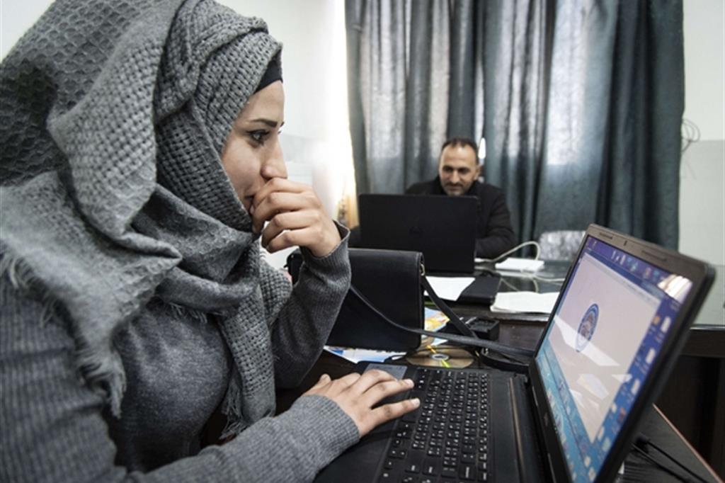 Una ragazza al lavoro nell'ufficio della municipalità di Raqqa (Cristian Gennari)