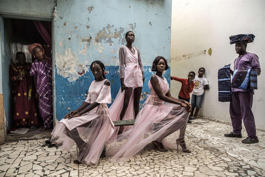 La foto vincitrice della categoria «Ritratti, singoli»: «Dakar Fashion» di Finbarr O'Reilly. Mostra modelle in posa nel quartiere vecchio della capitale del Senegal, sotto gli sguardi incuriositi dei residenti (Ansa)