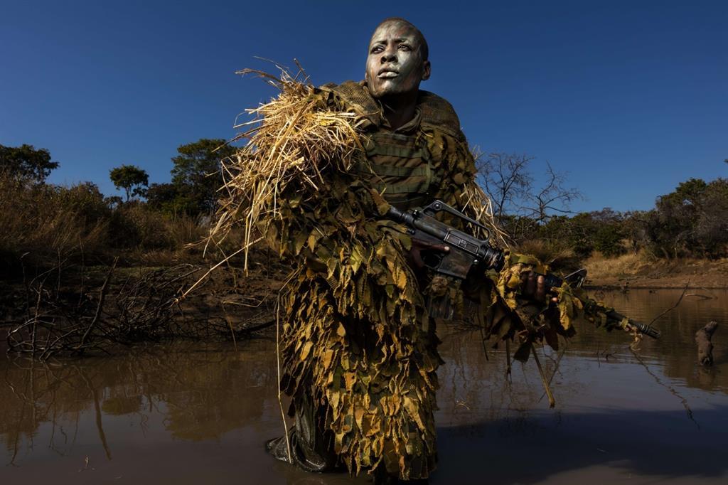 Primo premio nella categoria «Ambiente, singole»: «Akashinga, the Brave Ones» di Brent Stirton, Getty Images. Esercitazioni di un'unità anti bracconaggio composta da sole donne nel parco naturale di Phundundu in Zimbabwe (Ansa)