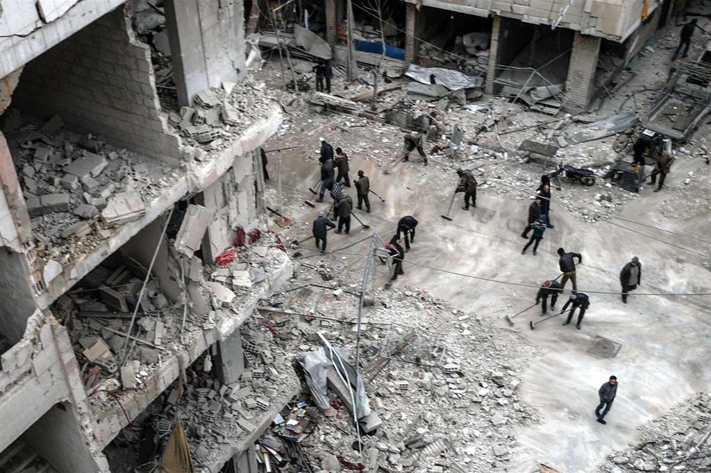 Una delle immagini di «Syria, No Exit», secondo premio nella sezione «Spot News, storie»: si fa pulizia tra le macerie all'indomani del bombardamento del quartiere di Douma nella Ghouta orientale in Siria, il 22 febbraio 2018 (Ansa)