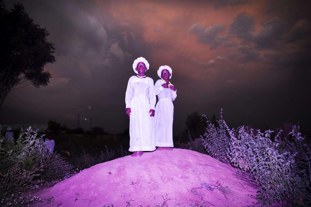 La foto vincitrice della categoria «Ritratti, storie»: «Land of Ibeji» di Benedicte Kurzen, Noor, e Sanne de Wilde, Noor. Due donne in abito bianco, vestite per andare in chiesa, su un colle vicino a Igbo-Ora in Nigeria (Ansa)