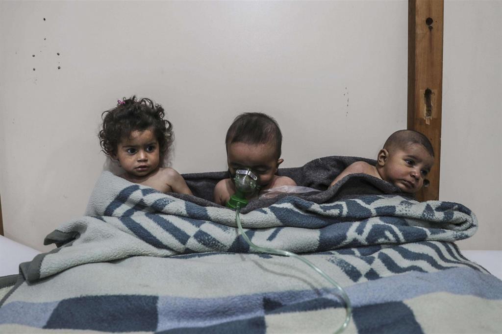 Una delle immagini di «Syria, No Exit», secondo premio nella sezione «Spot News - Storie»: bambini curati dopo un attacco con gas nel villaggio di al-Shifunieh, Ghouta orientale in Siria, il 25 febbraio 2018 (Ansa)