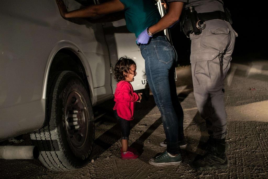 È la foto dell'anno, vincitrice dell'edizione 2019 del World Press Photo: «Crying Girl on the Border» di John Moore. Mostra la piccola Yanela Sànchez, originaria dell'Honduras, che si dispera mentre lei e la madre Sandra Sànchez vengono arrestate da agenti della polizia di frontiera statunitense a McAllen, in Texas, il 12 giugno 2018 (Ansa)