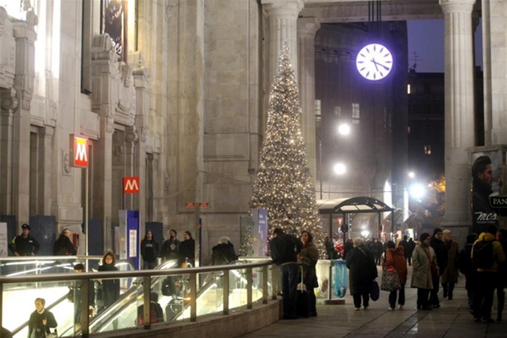 Addobbi natalizi nella Galleria delle carrozze della Stazione centrale di Milano (Fotogramma)