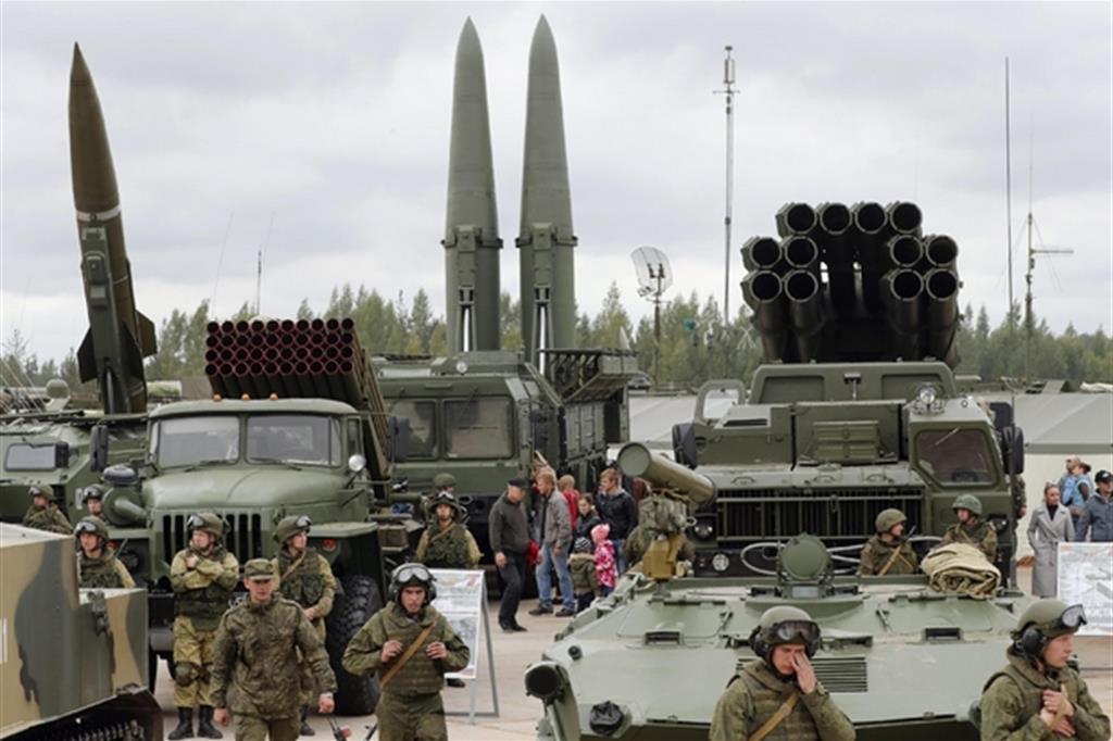Visitatori guardano il missile balistico tattico russo OTR-21 Tochka-U (a sinistra), il lanciarazzi multiplo 122mm (secondo da sinistra), il missile balistico tattico 9K720 Iskander-M (al centro) e il lanciarazzi multiplo 300mm BM-30 Smerch (destra) durante una esibizione militare a Luga, fuori San Petersburg, Russia, il 9 settembre 2017
