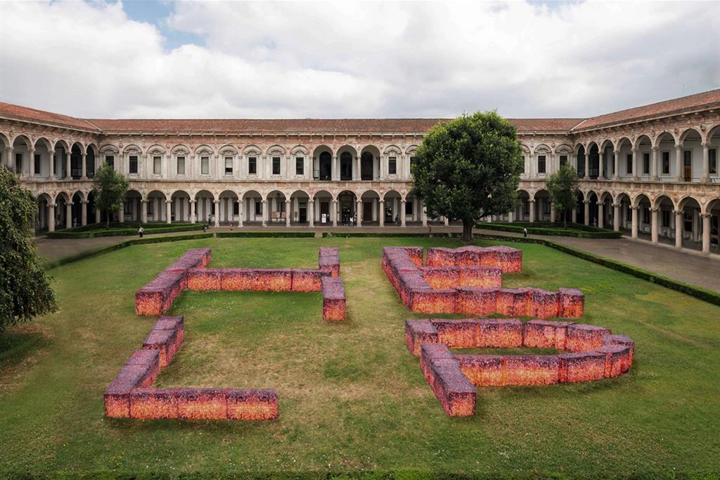 """L'installazione """"Help the Planet. Help the Humans"""" di Maria Cristina Finucci nel chiostro dell'Università degli Studi a Milano per la mostra """"Human spaces"""""""