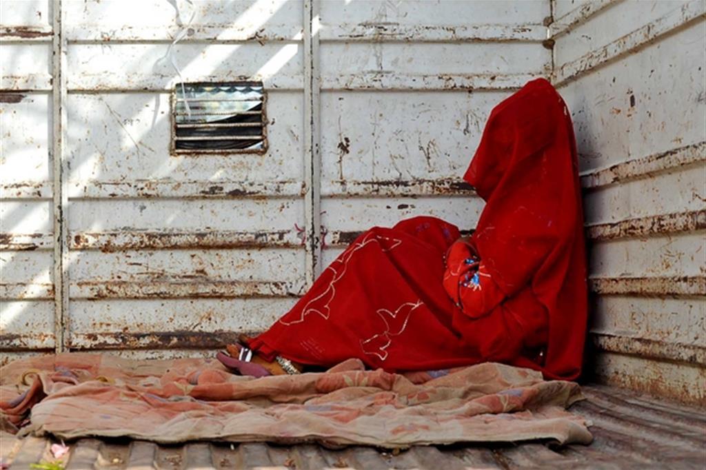 Una bimba di 7 anni nel retro di un camion dopo il matrimonio in India (foto archivio Ap)