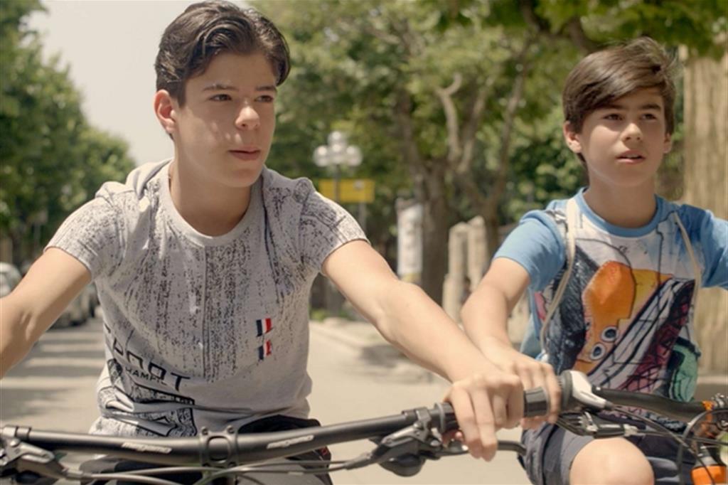 """I due giovani protagonisti del film """"Ci alzeremo all'alba"""" diretto da padre Jean-Marie Benjamin"""
