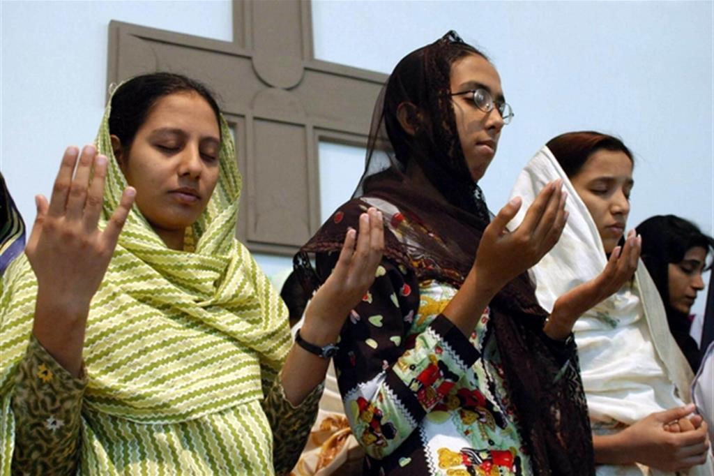 L'esportazione di «mogli» copre anche un vero e proprio sfruttamento, spesso finalizzato alla prostituzione Nella rete le ragazze della minoranza, meno tutelate delle islamiche: 39 trafficanti arrestati in pochi giorni Giovani cristiane in preghiera a Multan, nel Punjab pachistano / Ap