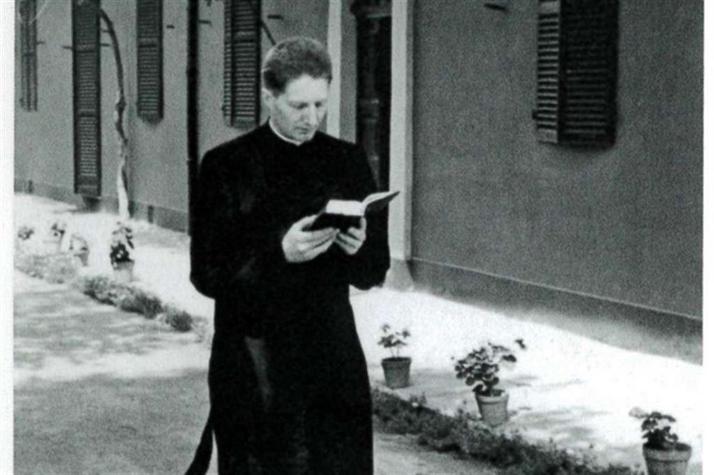 Padre Carlo Maria Martini legge il breviario a Orbassano nel 1952