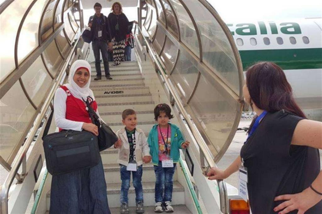 L'arrivo a Fiumicino di una famiglia di profughi siriani grazie ai Corridoi umanitari di S.Egidio, Fcei, Valdesi