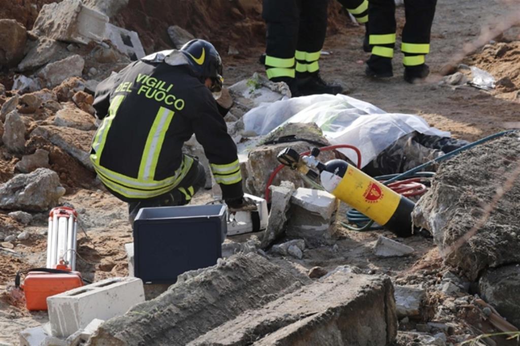Un incidente sul lavoro in cui sono morti due operai a Crotone nell'aprile 2018 (Ansa)