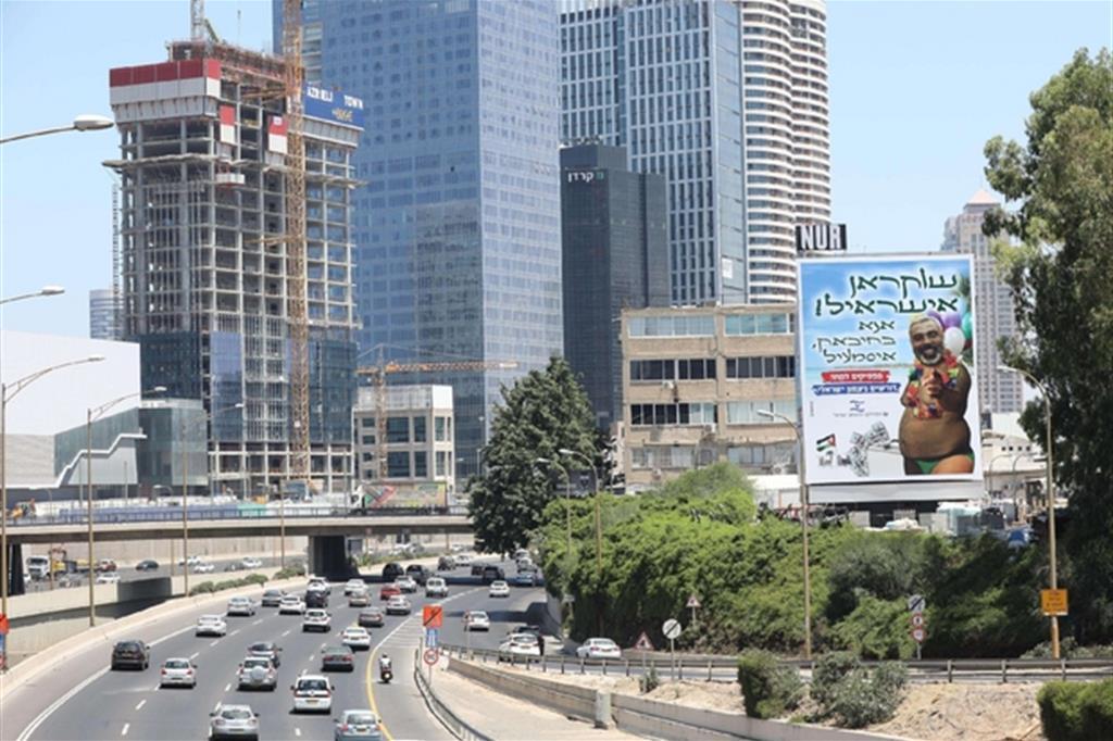 Una veduta di Tel Aviv con un cartellone che rappresenta il leader palestinese Ismail Haniyeh (Ansa)