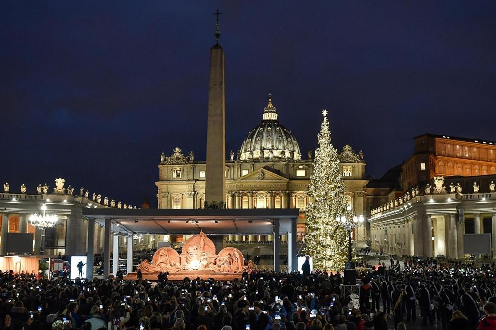 L'inaugurazione del presepe e dell'albero di Natale lo scorso anno in piazza San Pietro a Roma