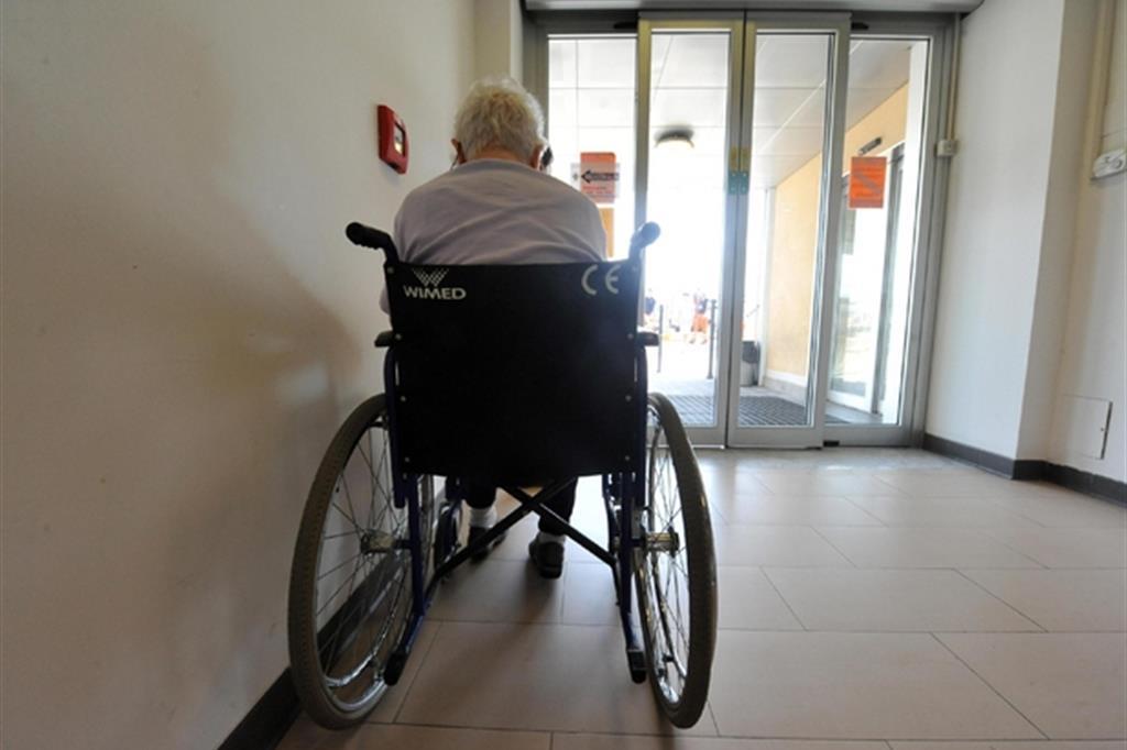 Un anziano in attesa al Pronto soccorso (archivio Ansa)