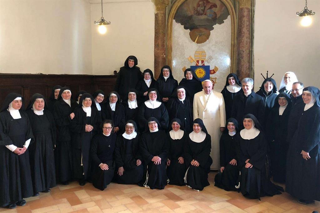 Il Papa con le suore di Spello (Vatican Media)