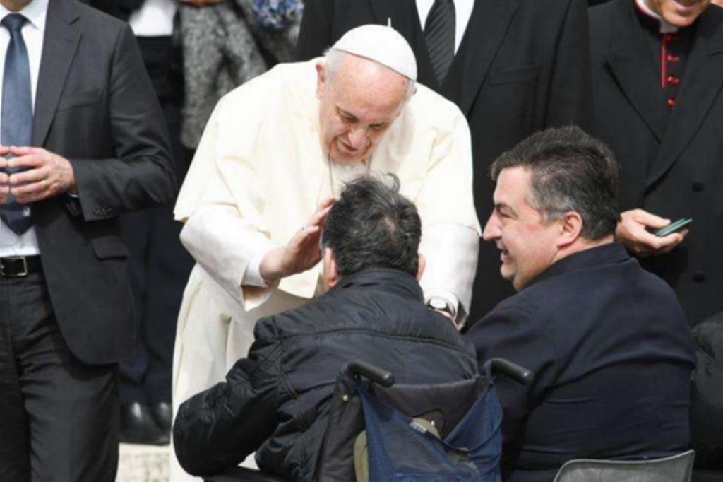 Papa: solidarietà in risposta alle logiche di profitto