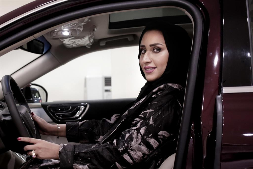 Una donna saudita al volante: solo dal 2018 alle saudite è permesso guidare (Ansa)