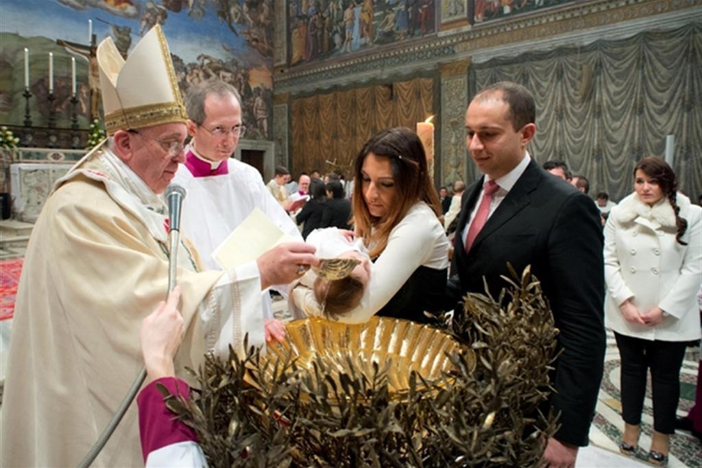 Papa Francesco amministra il Battesimo nella Cappella Sistina, 12 gennaio 2014 (Ansa)