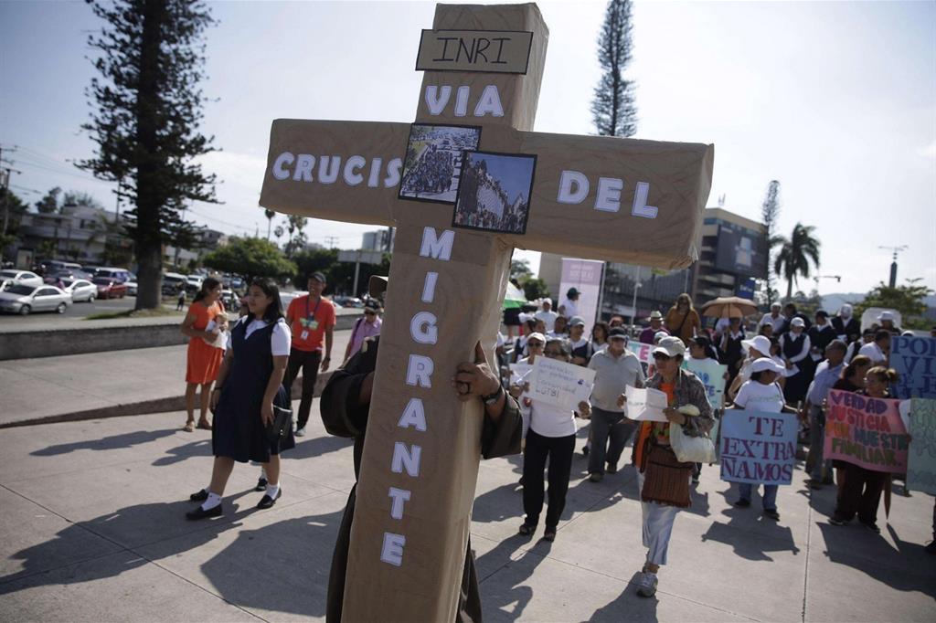 Una Via Crucis del Migrante a San Salvador. Dal Salvador e dall'Honduras i migranti partono in carovana verso il confine messicano con gli Stati Uniti  (Ansa)