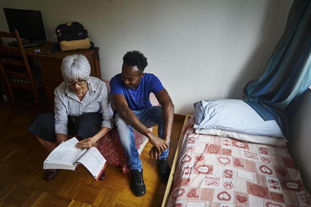 Ci sono anche anziani impegnati nel percorso di accoglienza e integrazione di migranti e richiedenti asilo, spesso giunti in Italia via mare dopo la fuga dai centri di detenzione libici, veri campi del terrore / Ansa