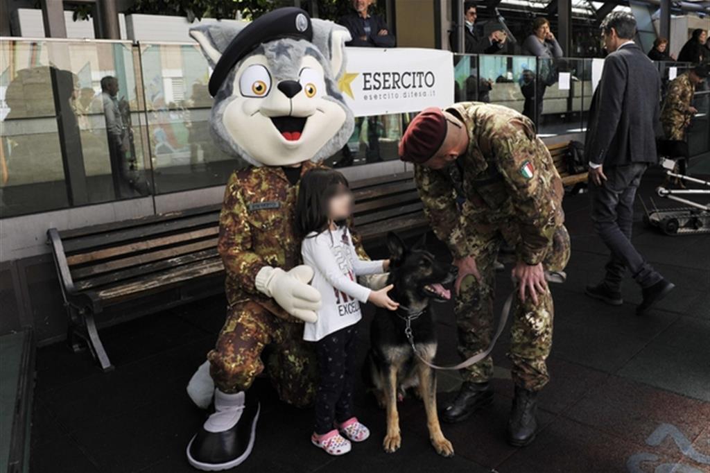 Lupetto Vittorio, la mascotte, ha ottenuto un grande successo tra i piccoli (Esercito italiano)