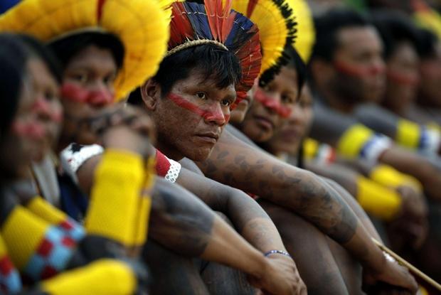 Brasile. Gli indios dell'Amazzonia: «Non fateci bruciare vivi»