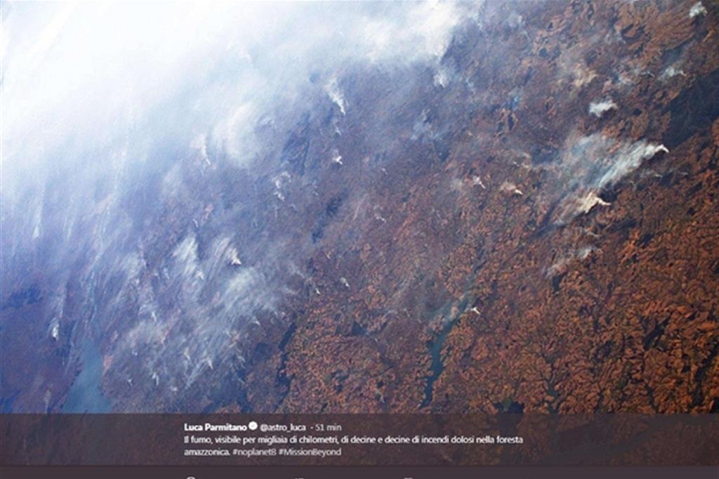 """""""Il fumo, visibile per migliaia di chilometri, di decine e decine di incendi dolosi nella foresta amazzonica"""": è Luca Parmitano a raccontare quello che accade attraverso le foto degli incendi che stanno devastando il polmone della Terra, 26 agosto 2019. Sul suo profilo Twitter, l'astronauta dell'Agenzia Spaziale Europea (Esa) Luca Parmitano mostra le colonne di fumo bianche che si sollevano dal suolo e che vengono trascinate dai venti (ANSA / Una foto tratta dal profilo Twitter di Luca Parmitano) -"""