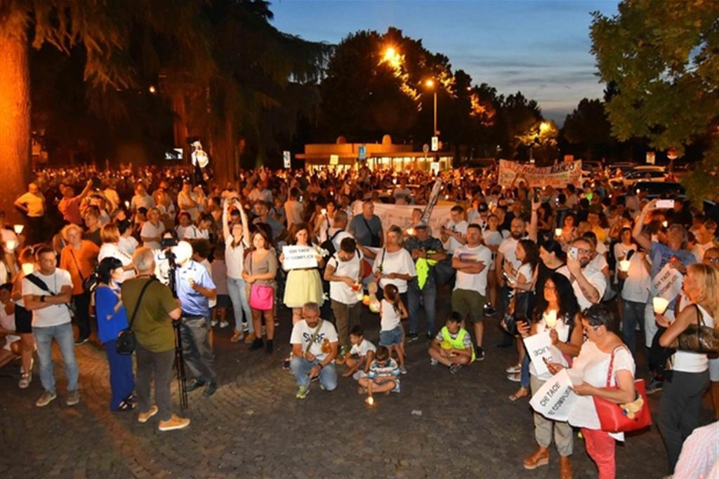 La fiaccolata dopo le rivelazioni dell'inchiesta 'Angeli e demoni', relativa ad un presunto giro di affidi illeciti, Bibbiano (Reggio Emilia), 20 luglio 2019 (Ansa)