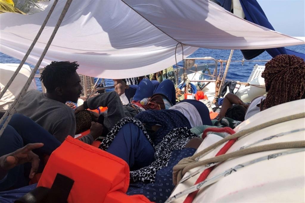Una immagine che documenta la situazione precaria dei migranti a bordo del veliero Alex & co. (foto Rescue Mediterranea)