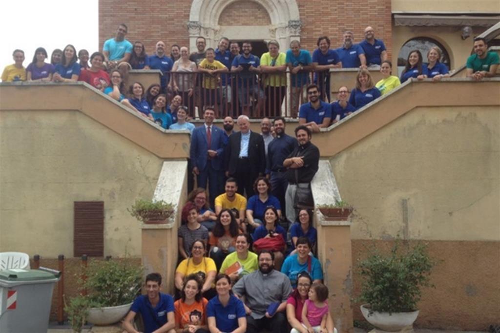 Il cardinale Bassetti (al centro, in piedi) con un gruppo di giovani (foto d'archivio)