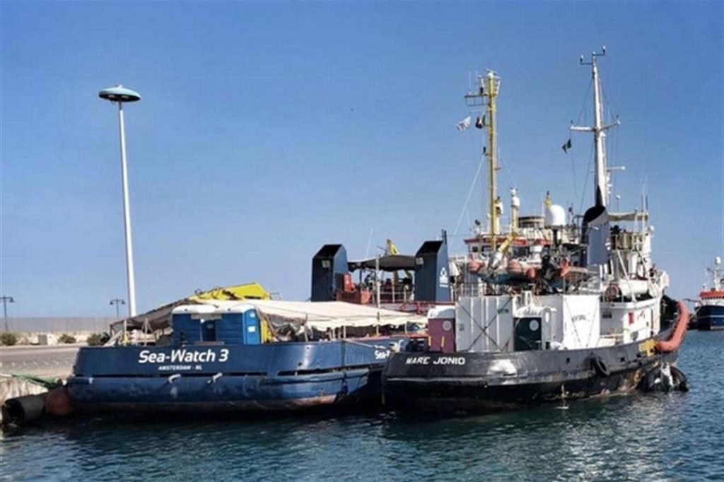 La Sea-Watch 3 ormeggiata a fianco della Mare Jonio