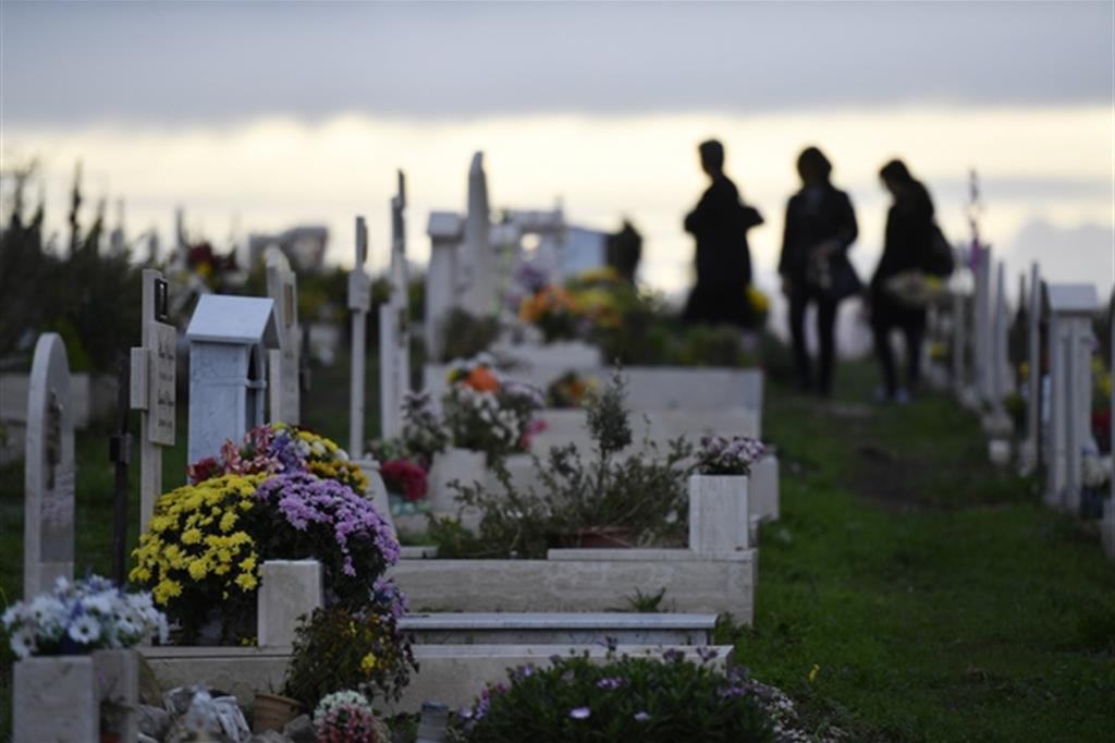 Fedeli in visita al Cimitero