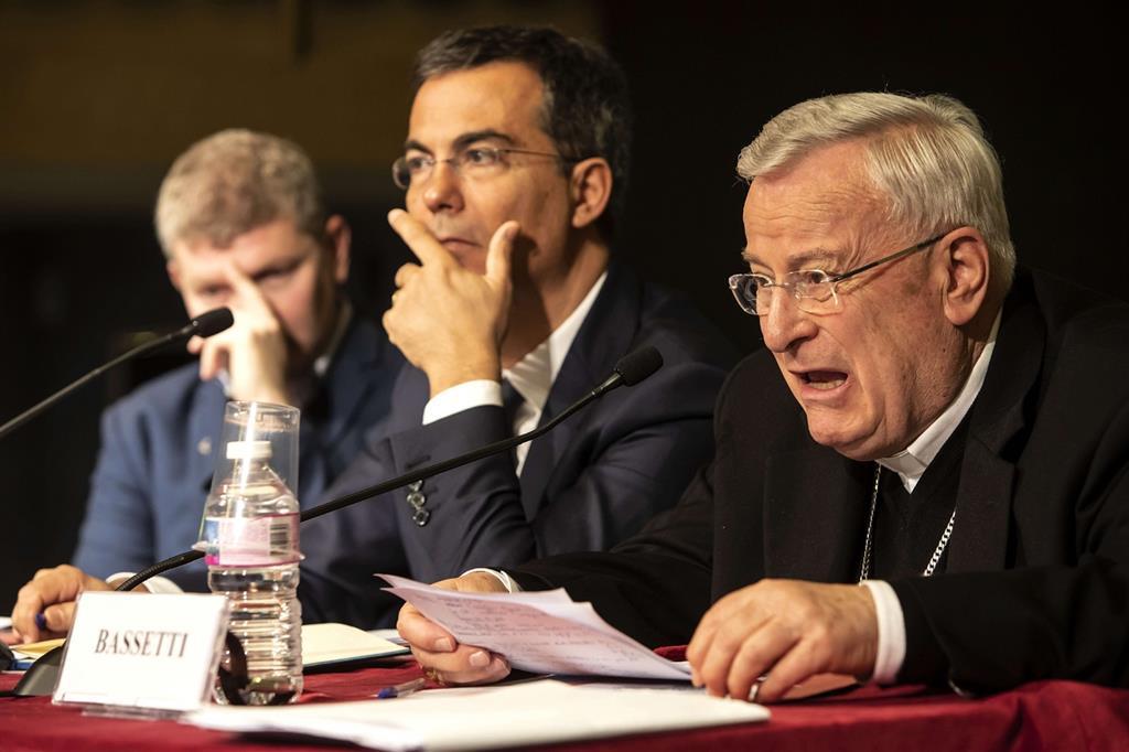 da sinistra: padre Camillo Ripamonti, Giovanni Floris, il cardinale Gualtiero Bassetti
