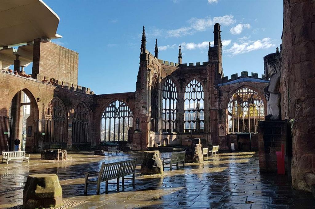 Le rovine della cattedrale di San Michele, a Coventry, e a fianco la nuova cattedrale costruita da Basile Spence tra 1956 e 1962 (Raul Gabriel)