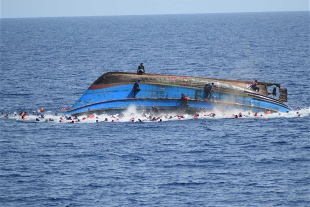 Un naufragio (la foto di archivio Ansa /Marina Militare si riferisce a un episodio nel Mediterraneo)
