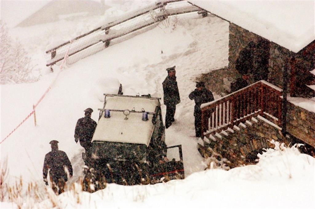 I carabinieri del Ris di Parma nella casa dove fu ucciso il piccolo Samuele a Cogne (Ansa)