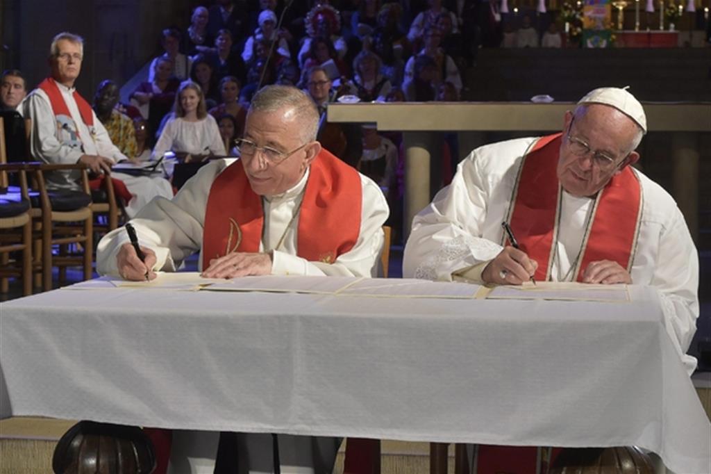 2016. Papa Francesco si reca in Svezia, nella città di Lund, per partecipare all'inizio delle celebrazioni per i 500 anni della riforma luterana. Un gesto concreto sulla via del dialogo ecumenico. (Foto Ansa) -