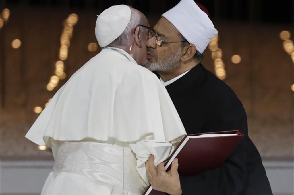 2019. In viaggio negli Emirati Arabi Uniti rappresenta un importante tassello nel dialogo interreligioso. Ad Abu Dhabi la storica firma del Documento sulla fratellanza da parte del Papa e del grande imam di Al-Azhar (Foto Ap) -