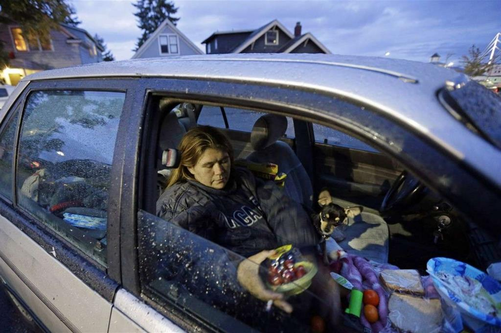 Paige Clem dorme con il marito e tre cani in auto: gira l'America cercando lavoro e spesso si sfama solo grazie alle mense pubbliche (Ap)