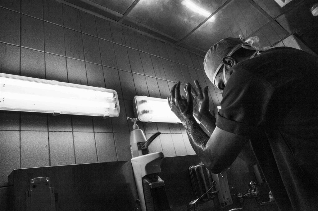 Alessandro Frigiola in sala operatoria (foto Giovanni Porzio) -