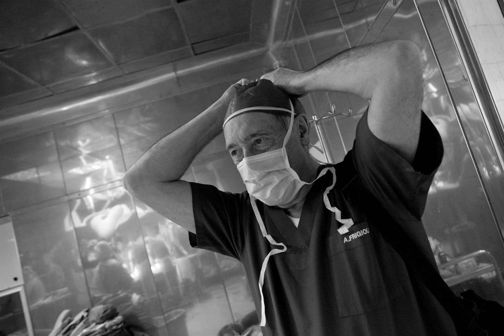 Ci siamo. Il professore Alessandro Frigiola si prepara per il suo piccolo paziente (foto Giovanni Porzio) -